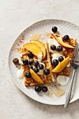 Belgische Waffeln mit Joghurt, Honig, Blaubeeren und Pfirsichspalten