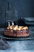 Schokoladenkuchen mit Nuss-Topping