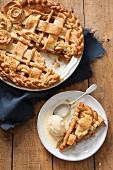 Apple Pie, angeschnitten und ein Stück mit Vanilleeis auf Teller