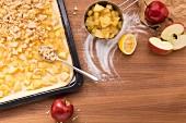Apfel-Blechkuchen mit Streuseln belegen