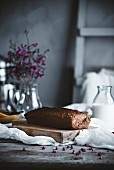 Kastenkuchen auf rustikalem Tisch in Landhausküche