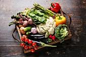 Frisches Gemüse in Holzkiste (Aufsicht)