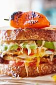 Sandwich mit Käse, Avocado, Tomaten und Paprika (Ausschnitt)