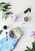 Joghurt-Bowl mit frischen Früchten (Aufsicht)