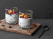 Joghurt im Glas mit glutenfreiem Müsli und frischen Früchten
