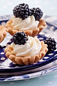 Cupcakes with cream and blackberry