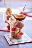 Fig jelly skewers with fig slices served in a glass
