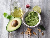 Vegan avocado pesto with cashews