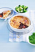 Pie mit Ochsenfleisch, Guinness und Blätterteigdeckel (Irland)