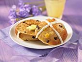 Hot Cross Bun (Ostergebäck, England) mit Butter auf Teller