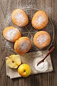 Apfelbeignets auf Abkühlgitter