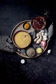 Stillleben mit typischen Zutaten aus der indischen Küche (Aufsicht)