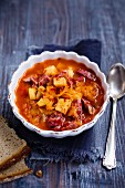 Sauerkrautsuppe mit Kartoffeln und Debreziner