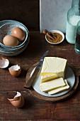 Backzutaten (Zimt, Eier, Butter)