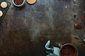Stillleben mit Plätzchen, Kakao und Schokoladensauce um den Bildrand