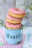 Donuts in einem Vintage-Becher