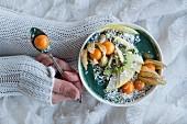 Grüne Smoothie-Bowl mit Physalis, Kiwi, Apfel und Kokosraspeln