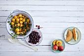 Heimische Sommerfrüchte für die Marmeladenherstellung (Aufsicht)