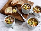 Schnelle Gemüsesuppe mit Grießklößchen und Wiener Würstchen