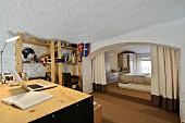 Arbeitszimmer und Schlafzimmer mit Vorhang abgetrennt