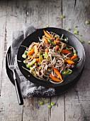 Hackfleisch mit Gemüse und Sobanudeln aus dem Wok (Sirtfood)