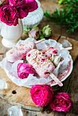 Erdbeer-Frischkäse-Eis mit Rosenwasser am Stiel