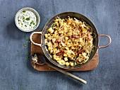 Bratkartoffel-Sauerkraut-Pfanne mit Schnittlauchrahm