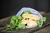 Käsespätzle in Reispapier als Fingerfood und Feldsalat