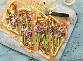 Tarte flambée with green asparagus and dry white wine