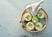Grün-weisse Spargelsuppe mit Spargelpesto