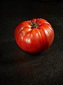 Eine Tomate der Sorte Red Russian