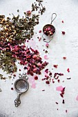 Getrocknete Kräuter und Rosenblüten für Kräutertee