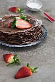 Schokoladencrepes mit Erdbeeren und Puderzucker