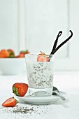 Chiapudding mit frischen Erdbeeren und Vanilleschote im Glas