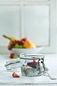 Chiapudding mit frischem Obst in Glas