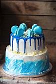 Blaue Buttercremetorte zum Geburtstag eines kleinen Jungen