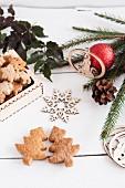 Lebkuchenplätzchen in Tannenbaumform für Weihnachten