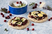 Mini wholegrain flakes with camembert and cranberries