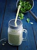 Grüner Bananen-Reis-Shake mit Weizengraspulver