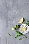Rosenkohl, Salbei, Rosmarin, Zitrone und Mandelblättchen