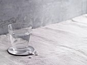 H2 Antihistaminikum mit Glas Wasser