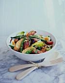 Blattsalat mit Speck, Tomaten und Ei