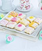 Hausgemachte Mini-Teekuchen mit Zuckerblumen
