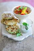 Kohlrabischnitzel mit Paprikagemüse und Minzjoghurtsauce