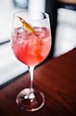 Wodka-Grapefruit-Cocktail mit Zitronenschale garniert