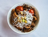 Chicken with peanuts, tomatoes and rice noodles (India)