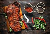 Rinderrippen mit BBQ-Sauce auf Holzuntergrund