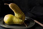 Zwei Abate Fetel Birnen auf altem Zinkteller mit Messer