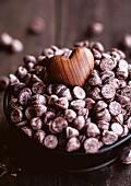 Hölzernes Herz auf einem Haufen Chocolatechips