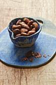 Kakaobohnen in Keramikschälchen